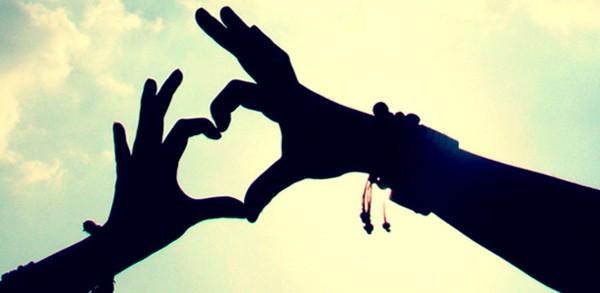 corazon con manos