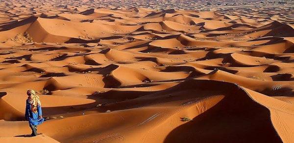 hombre en desierto
